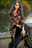 Fasonuje jesieni plenerową fotografię seksowna piękna kobieta pozuje blisko jeziora w parku Fotografia Royalty Free