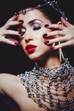 Fasonuje kobiety jest ubranym dramatycznego makeup z perfect skórą obrazy royalty free