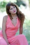 Fasonuje kobiety na skale z różową kawałek szatą, Obrazy Stock