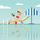 Fasonuje kobiety obsiadanie z kokosowym koktajlem przy krawędzią pływacki basen z pokładu parasolem i krzesłem ilustracja wektor