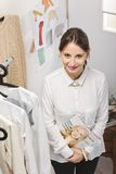 Fasonuje kobiety wybiera kawałek dla nowej kolekci. obrazy royalty free