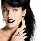 Fasonuje kobiety z czarnymi wargami w czarnym kolorze i gwoździami Fotografia Royalty Free