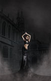 Fasonuje krótkopędu kobieta w długiej czerń sukni obrazy stock