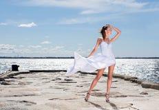 Fasonuje krótkopędu młoda kobieta na dennym tle Zdjęcia Royalty Free