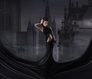 Fasonuje krótkopędu młoda kobieta w czarny sukni Zdjęcie Royalty Free