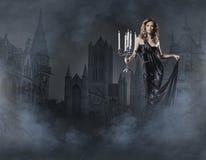 Fasonuje krótkopędu młoda kobieta w czarny sukni Obrazy Royalty Free