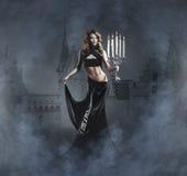 Fasonuje krótkopędu młoda kobieta w czarny sukni Fotografia Royalty Free