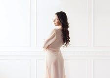 Fasonuje krótkopędu piękna kobieta w opatrunkowej todze zdjęcie royalty free