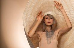 Fasonuje Młodego Azjatyckiego kobiet Srebnych szarość włosianego dużego kapelusz fotografia royalty free