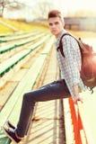 Fasonuje młodego człowieka z plecakiem w mieście przy pogodnym zdjęcia royalty free