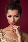 Fasonuje młodej Afrykańskiej kobiety z makijażem, w seksownej złoto sukni Obrazy Royalty Free