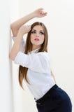 Fasonuje młodej biznesowej kobiety jest ubranym mężczyzna koszula na białym copyspace Fotografia Stock