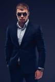 Fasonuje młodego biznesmena czerni kostium na ciemnym tle Zdjęcia Royalty Free