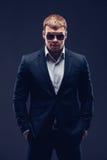 Fasonuje młodego biznesmena czerni kostium na ciemnym tle Obraz Royalty Free