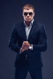 Fasonuje młodego biznesmena czerni kostium na ciemnym tle Zdjęcie Royalty Free