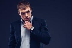 Fasonuje młodego biznesmena czerni kostium na ciemnym tle Zdjęcie Stock