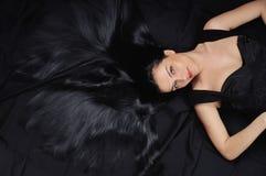 Fasonuje modnej kobiety z długim jaskrawym czarni włosy i jedwabniczym błyszczącym sk Zdjęcia Stock