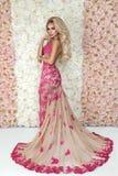 Fasonuje panny m?odej w wspania?ym ?lubnej sukni studia portrecie Piękna wzorcowa dziewczyna z bridal makeup i fryzura w małżeńst zdjęcie royalty free
