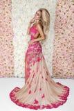 Fasonuje panny m?odej w wspania?ym ?lubnej sukni studia portrecie Piękna wzorcowa dziewczyna z bridal makeup i fryzura w małżeńst obraz royalty free