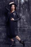 Fasonuje pięknego bliskowschodniego modela z modnisiem styl jest stojący i pozujący blisko podławej ściany obraz royalty free