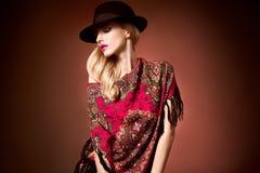 Fasonuje piękno kobiety w eleganckiej kapeluszowej chuscie, jesień Fotografia Royalty Free