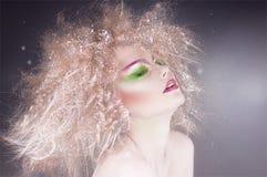 Fasonuje piękno kobiety z kolorowym makeup i kreatywnie fryzurą Obrazy Stock