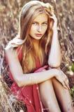 Fasonuje plenerową fotografię piękna zmysłowa kobieta z blondynka włosy Zdjęcie Stock