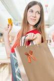 Fasonuje pomyślnej kobiety trzyma kredytową kartę i torby, zakupy centrum handlowe Zdjęcie Royalty Free