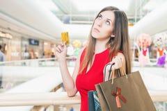 Fasonuje pomyślnej kobiety trzyma kredytową kartę i torby, zakupy centrum handlowe Obrazy Royalty Free