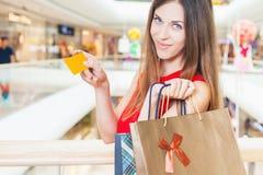 Fasonuje pomyślnej kobiety trzyma kredytową kartę i torby, zakupy centrum handlowe Obraz Stock