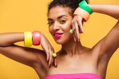 Fasonuje portret atrakcyjna amerykanin afrykańskiego pochodzenia kobieta z brigh Obraz Stock