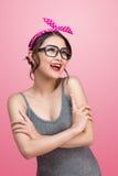 Fasonuje portret azjatykcia dziewczyna stoi na menchiach z okularami przeciwsłonecznymi Zdjęcie Stock