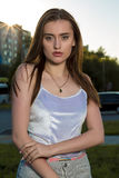 Fasonuje portret brunetka elegancki model pozuje przy industr Zdjęcia Stock