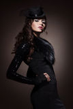 Fasonuje portret brunetki kobieta w czerni ubraniach zdjęcia stock