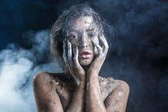 Fasonuje portret ciemnoskóra dziewczyna z srebnej folii makijażem Piękno Twarz zdjęcie stock