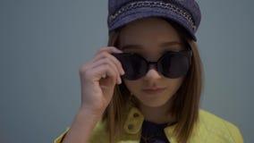 Fasonuje portret eleganckiej dziewczyny na błękitnym tle zbiory wideo