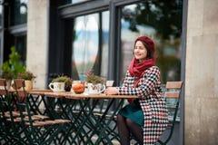 Fasonuje portret kobiety obsiadanie w ulicznej kawiarni Budapest Obraz Royalty Free