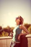 Fasonuje portret młoda piękna dziewczyna z okularami przeciwsłonecznymi obrazy stock