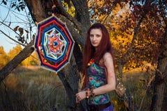 Fasonuje portret młody hipis kobiety odprowadzenie w jesieni polu Romantyczny pogodny wieczór Obrazy Royalty Free