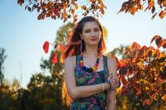 Fasonuje portret młody hipis kobiety odprowadzenie w jesieni polu Romantyczny pogodny wieczór Obraz Royalty Free