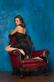 Fasonuje portret piękna dziewczyna w czerni sukni zdjęcie stock