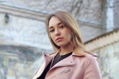 Fasonuje portret piękna dziewczyna w różowej skórzanej kurtce zdjęcie stock