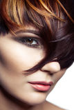 Fasonuje portret piękna dziewczyna z barwionym farbującym włosy, fachowa krótka włosiana kolorystyka zdjęcie royalty free