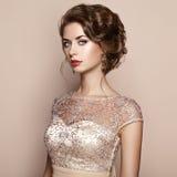 Fasonuje portret piękna kobieta w eleganckiej sukni Fotografia Royalty Free