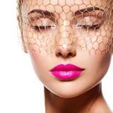 Fasonuje portret piękny model z przesłoną na oczach Fotografia Royalty Free