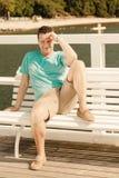 Fasonuje portret przystojny mężczyzna na ławce plenerowej Fotografia Royalty Free