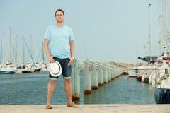 Fasonuje portret przystojny mężczyzna na molu przeciw jachtom Fotografia Royalty Free