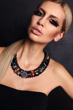 Fasonuje portret seksowna kobieta z blondynem i jaskrawym makeup Zdjęcie Stock