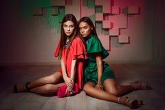 Fasonuje pracownianą fotografię dwa kobiety w jaskrawych sukniach Zdjęcie Stock