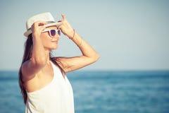 Fasonuje styl życia, Piękna dziewczyna na plaży przy dnia czasem obrazy stock